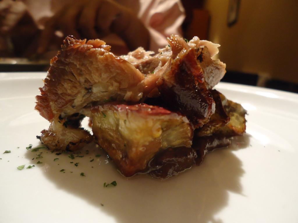 Bondiola braseada, sobre ensalada de batatas y mostaza, y confitura de ciruelas.