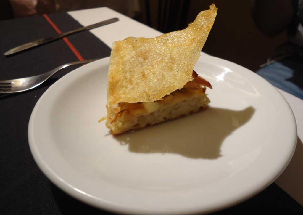 Conejo asado con crema de queso azul y latkes de papa ralladas.