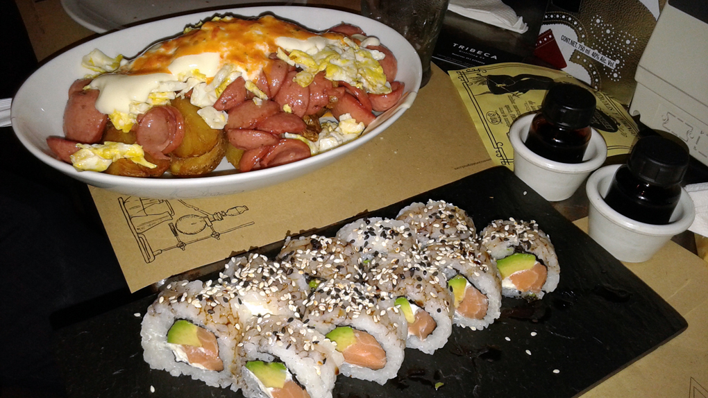 Salchipapas y sushi.