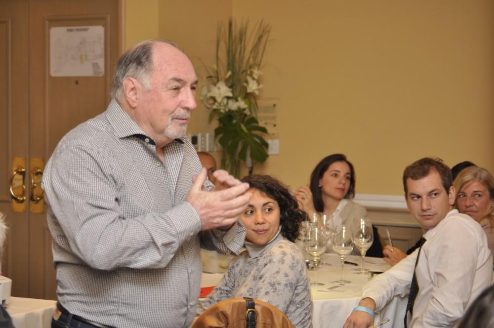 Enrique Chrabolowski, brindando una cata a ciegas