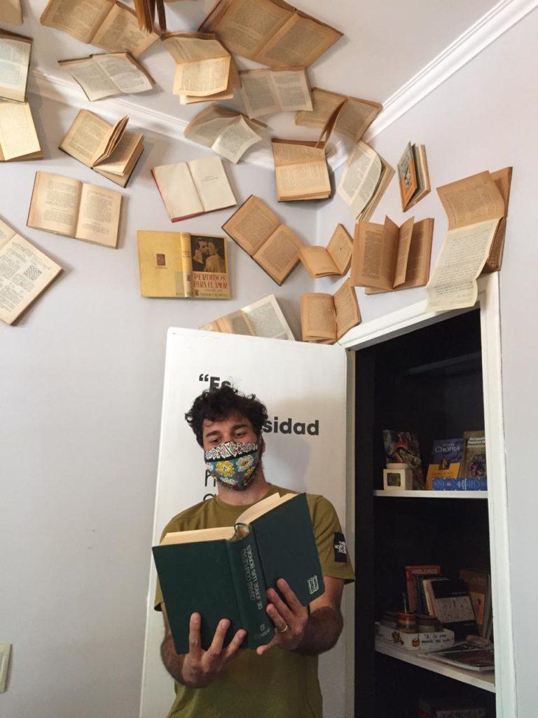 Armario con libros en UPA.
